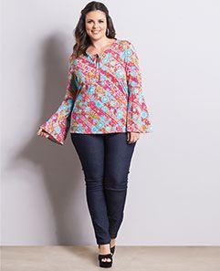 Blusa Floral Manga Sino e Calça Jeans Reta Plus Size