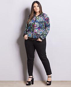 Jaqueta Bomber Floral e Calça Skinny Preta Plus Size