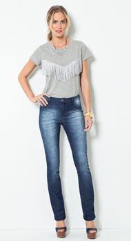 T-shirt com Franjas e Calça Jeans